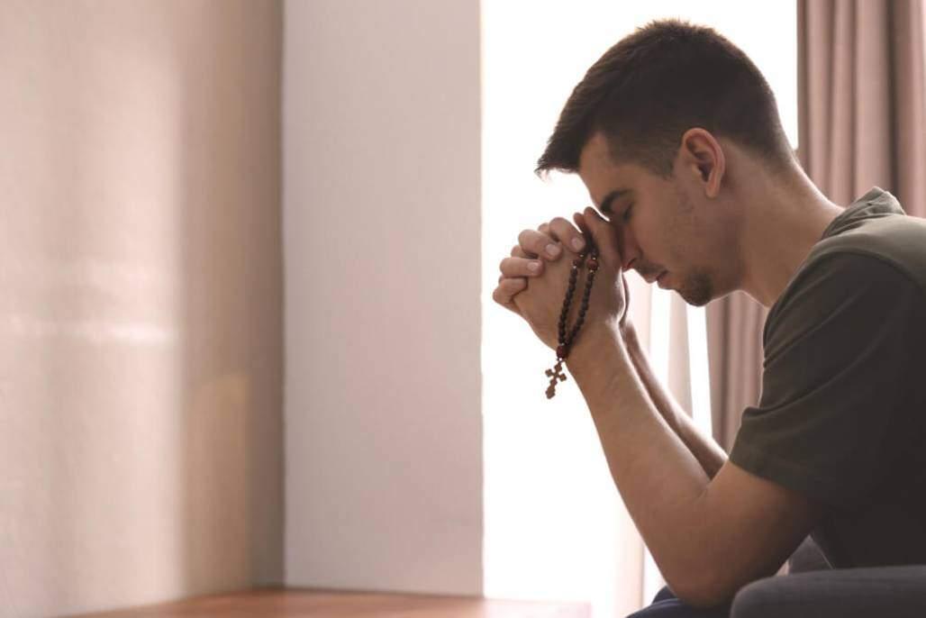 jovem rezando (shutterstock)