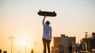 jovem com skate